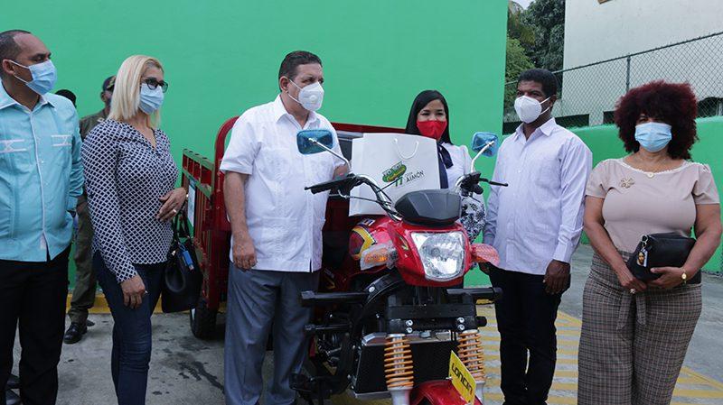 Cooperativa Maimón entrega trimotor  Al Ayuntamiento de Bonao