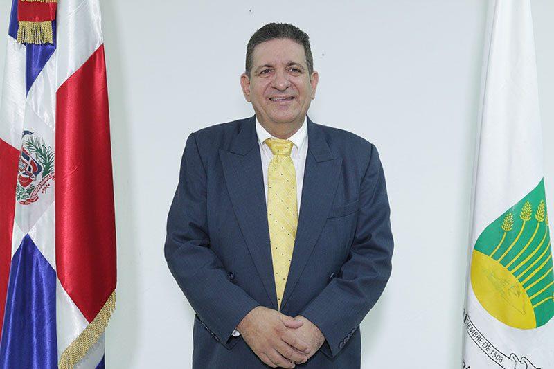 Alcalde Eberto Núñez recibe alta médica luego de su ingreso por coronavirus en un centro de salud de Santiago