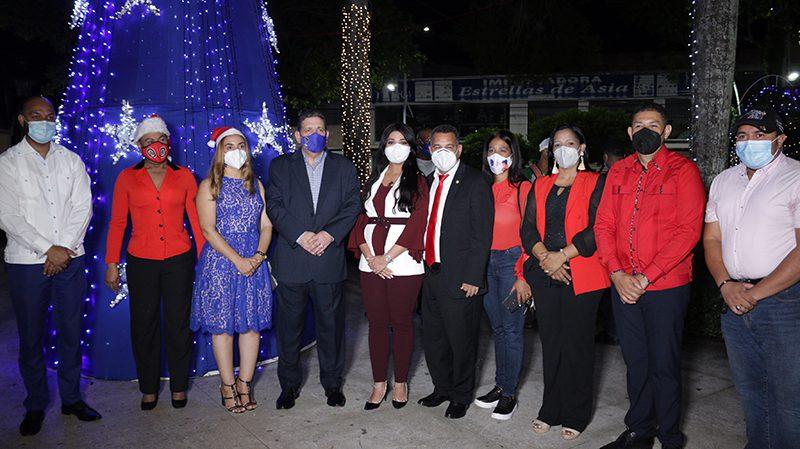 Alcalde Eberto Núñez inaugura luces navideñas del parque Duarte de Bonao
