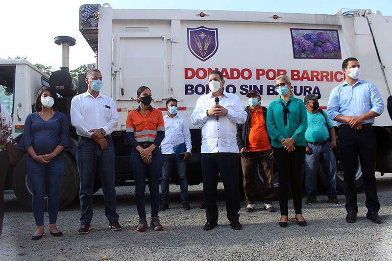 Barrick Pueblo Viejo entrega camión compactador al Ayuntamiento de Bonao