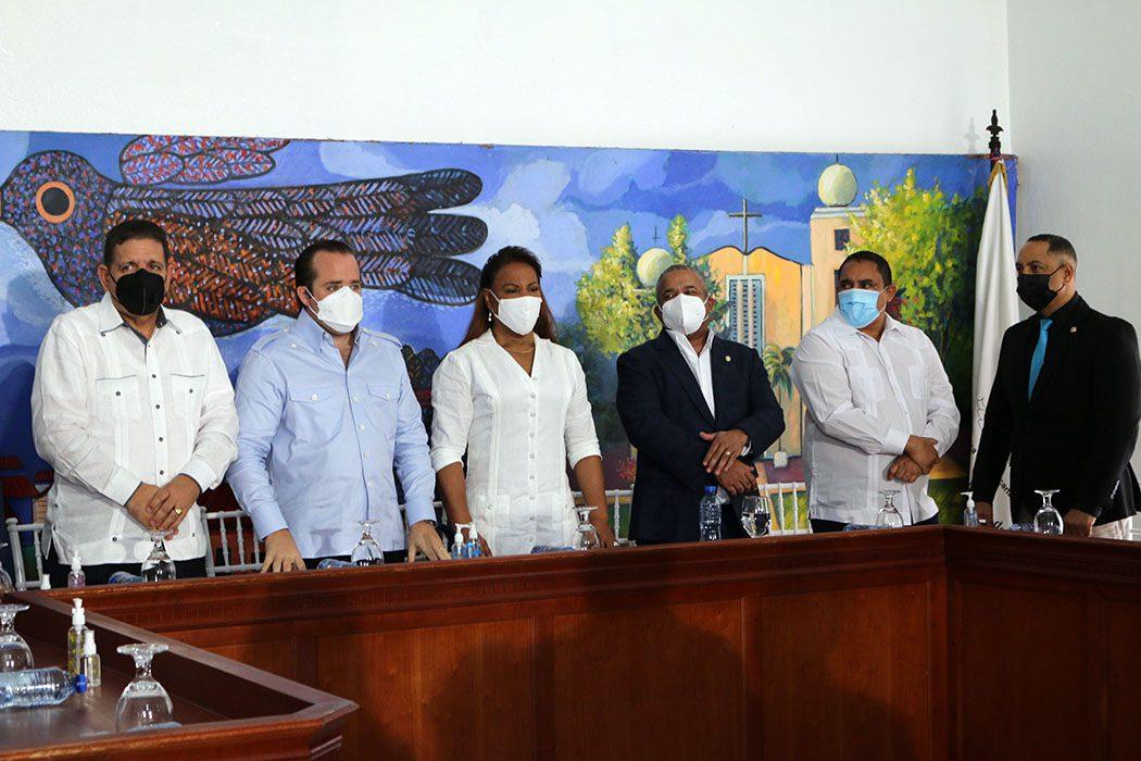 Presidente Abinader entrega RD$20 millones para la adquisición de camiones al Ayuntamiento de Bonao