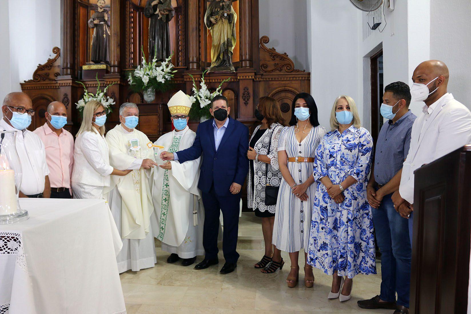 Ayuntamiento de Bonao entrega el Escudo y la Llave de la Ciudad al padre Antonio Zubeldia por sus 30 años de labor pastoral en este municipio